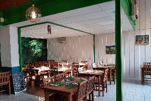 Une salle spacieuse et verdoyante