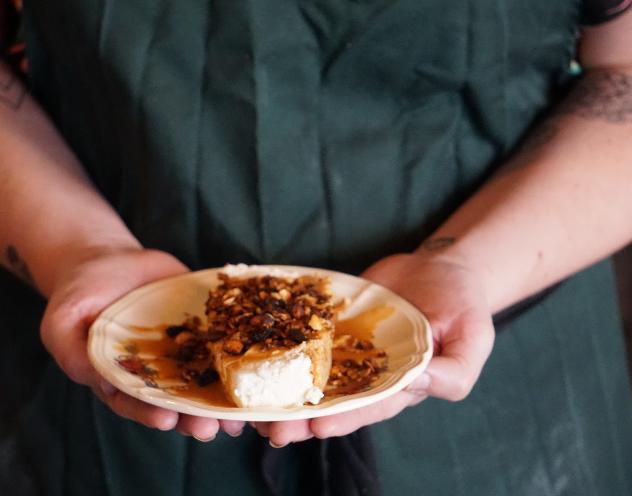 Cheesecake, coulis de caramel et granola  maison